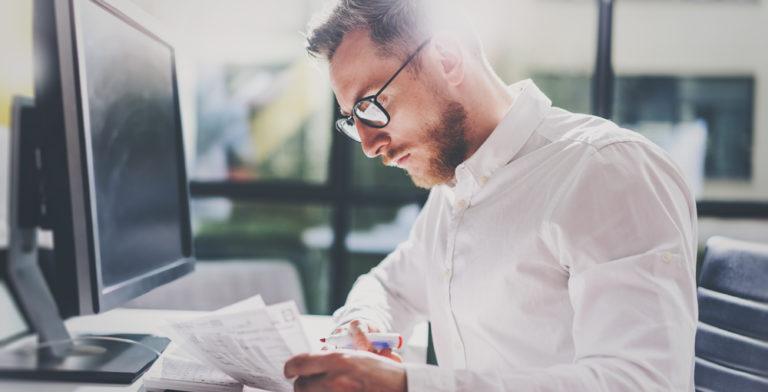 freelance indépendant travail devant ordinateur
