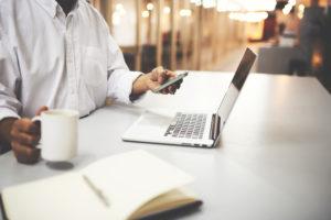 freelance indépendant devant ordinateur